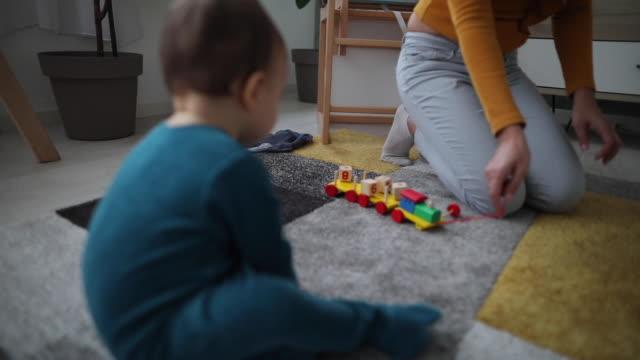 stockvideo's en b-roll-footage met speeltijd met zijn favoriete speeltje in de verpleeg kamer - baby toy