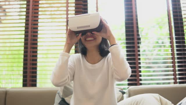 teknoloji ile oynamak - kulaklık seti ses ekipmanı stok videoları ve detay görüntü çekimi