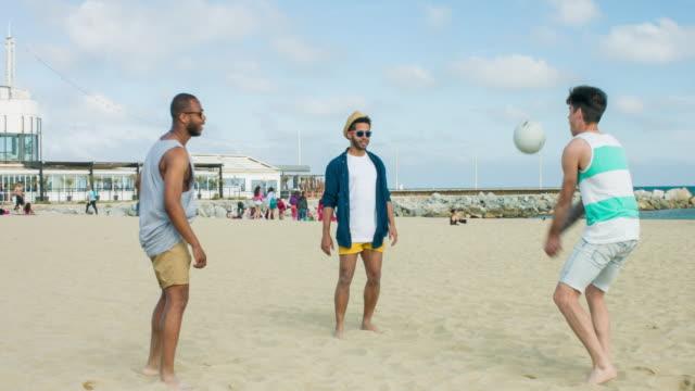leker med bollen i stranden - 20 29 år bildbanksvideor och videomaterial från bakom kulisserna