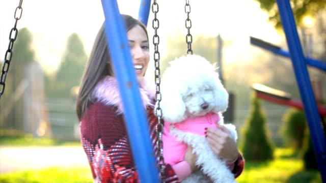 Jugando con el perro - vídeo