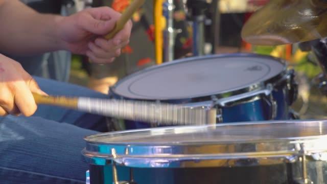vídeos de stock e filmes b-roll de plays drums close-up - bateria instrumento de percussão