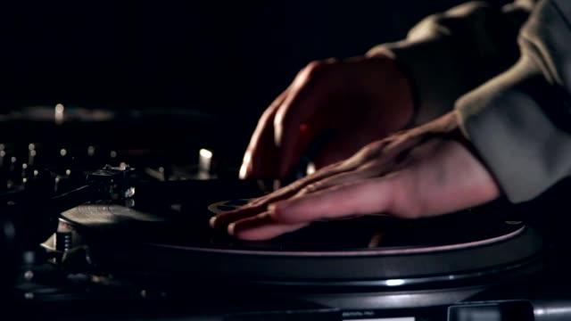 vídeos de stock, filmes e b-roll de dj toca vinil. hip-hop estilo turntablism - dj