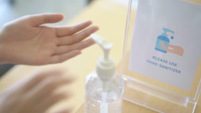 vídeos de stock e filmes b-roll de please use hand sanitizer sign in modern co-working space office, retail place, shopping, school or library - shop icon