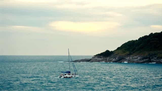 fritidsbåt i havet vid solnedgången - turistbåt bildbanksvideor och videomaterial från bakom kulisserna