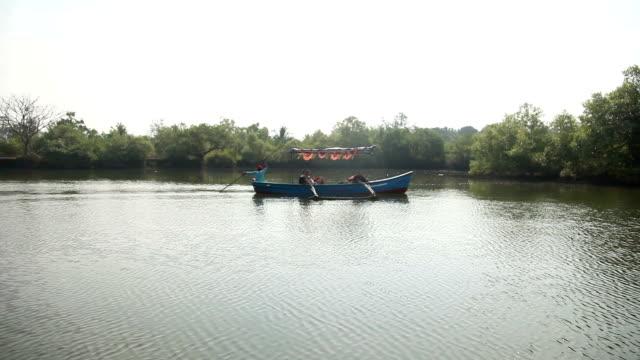łódka przyjemności z kaukaski turyści pływający na rzekę - ghat filmów i materiałów b-roll