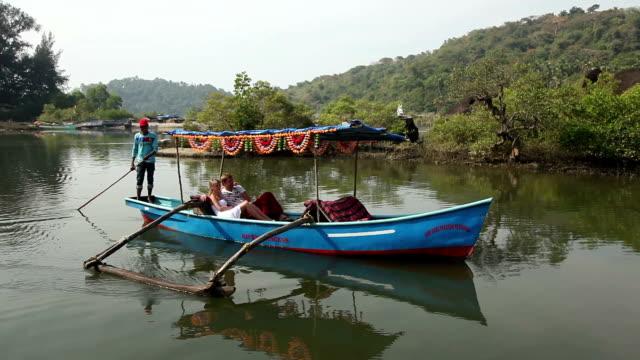 łódka przyjemności z kaukaski turyści pływający - ghat filmów i materiałów b-roll