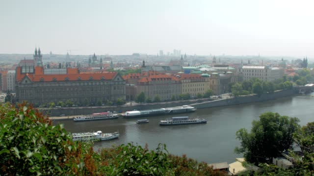 プレジャー ボートは夏の日にプラハを流れるヴルタヴァ川に浮かんでいます。 - チェコ共和国点の映像素材/bロール