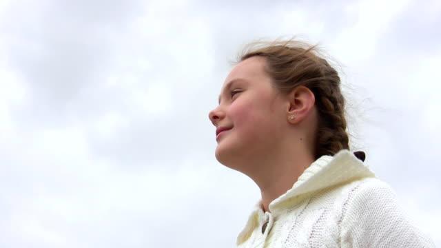 pleasure of the girl. - endast en tonårsflicka bildbanksvideor och videomaterial från bakom kulisserna