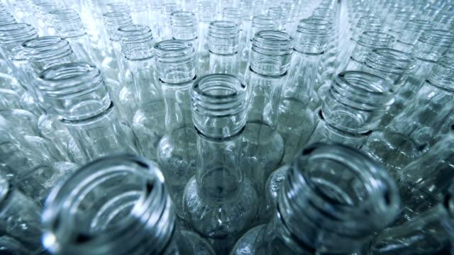 viele leere glasflaschen in einer brennerei - altglas stock-videos und b-roll-filmmaterial