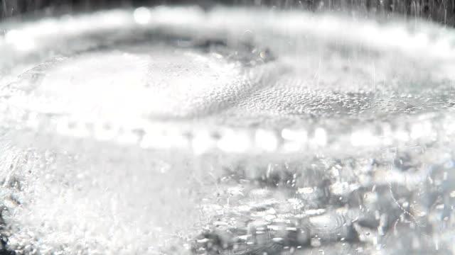 たっぷりの泡とアイスのソーダ ビデオ