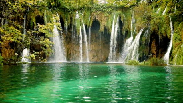 plitvice lakes and waterfalls in croatia - национальный парк плитвицкие озёра стоковые видео и кадры b-roll