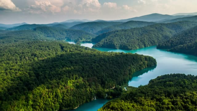 aerial: plitvice lakes landscape in croatia - национальный парк плитвицкие озёра стоковые видео и кадры b-roll