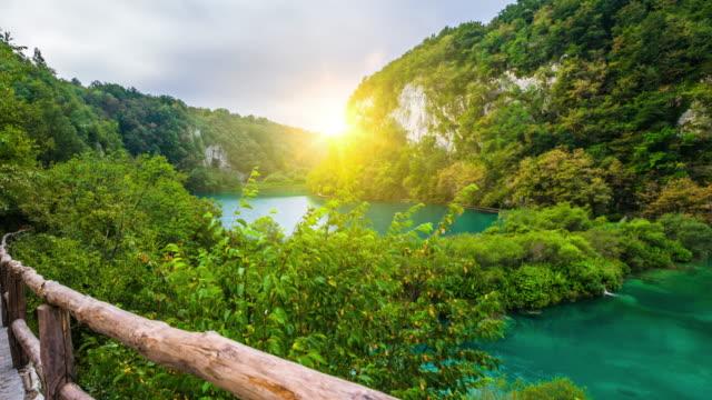 クロアチアのステディカム: プリトヴィツェ湖群国立公園 - スタビライザー使用点の映像素材/bロール
