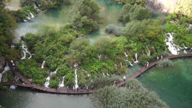 plitvice lakes national park in croatia - национальный парк плитвицкие озёра стоковые видео и кадры b-roll