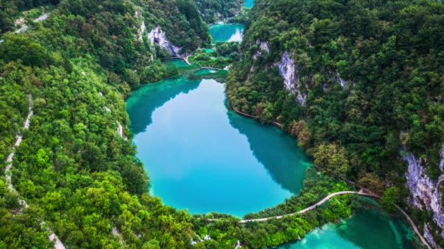 aerial: plitvice lakes national park - национальный парк плитвицкие озёра стоковые видео и кадры b-roll