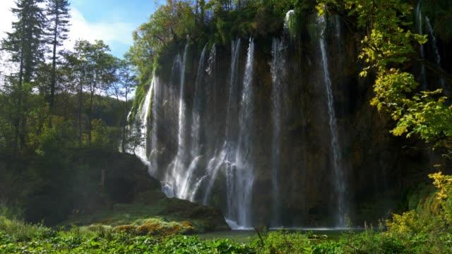 plitvice lakes waterfall in croacia - национальный парк плитвицкие озёра стоковые видео и кадры b-roll