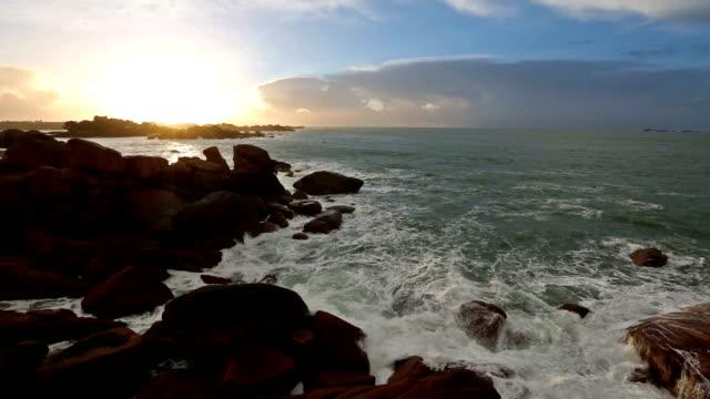 vidéos et rushes de ploumanach coast vue sur le coucher du soleil (bretagne, france) - bretagne
