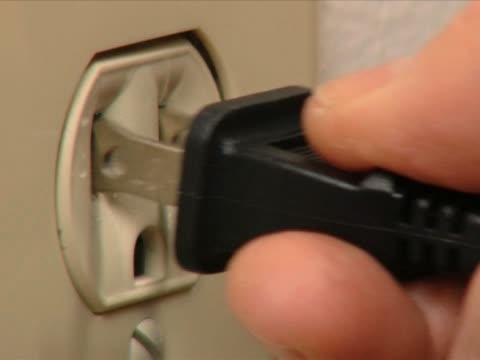 vidéos et rushes de ac branchez outlet (états-unis - vidéos de rallonge électrique