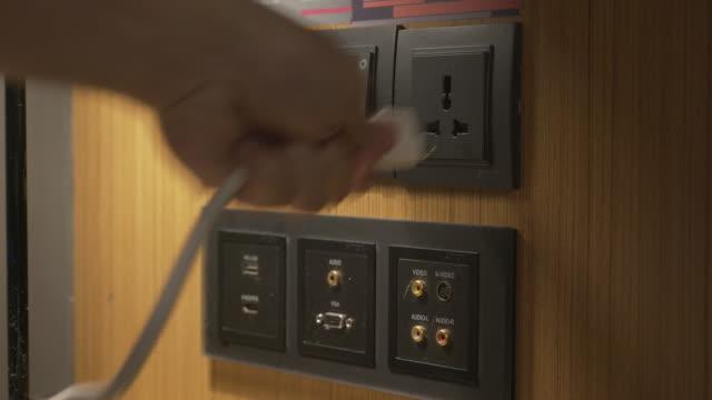 vidéos et rushes de brancher - vidéos de rallonge électrique