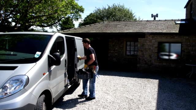 hd crane: klempner/mann für gettings tools von van - van stock-videos und b-roll-filmmaterial