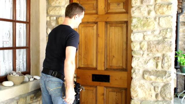 GRULLA DE ALTA DEFINICIÓN: Fontanero, un manitas, reparador tocando a la puerta interna - vídeo