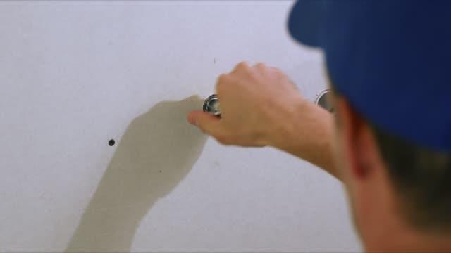 klempner installation wasserventil waschmaschine im hause bad - waschmaschine wand stock-videos und b-roll-filmmaterial