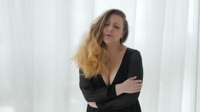 vidéos et rushes de modèle de taille plus dans la robe avec l'encolure - décolleté
