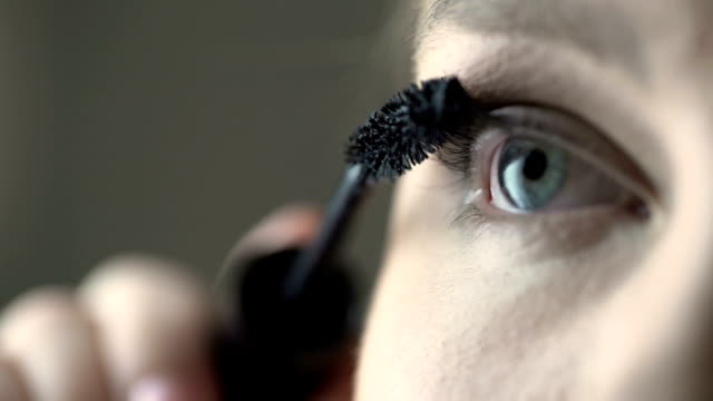 vídeos de stock e filmes b-roll de plus size model putting on mascara and volumizing eyelashes, make-up and beauty - rímel