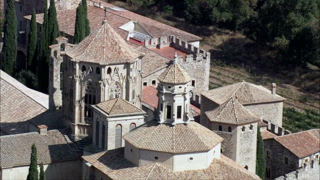 stockvideo's en b-roll-footage met klooster poblet - luchtfoto - catalonië, tarragona, vimbodí ik poblet, spanje - klooster