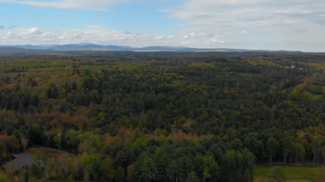 pocono landschaft mit grünen wald berge blauen himmel pennsylvania usa - gebirge pocono mountains stock-videos und b-roll-filmmaterial