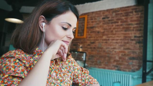 podcast på café. - videor med headphones bildbanksvideor och videomaterial från bakom kulisserna