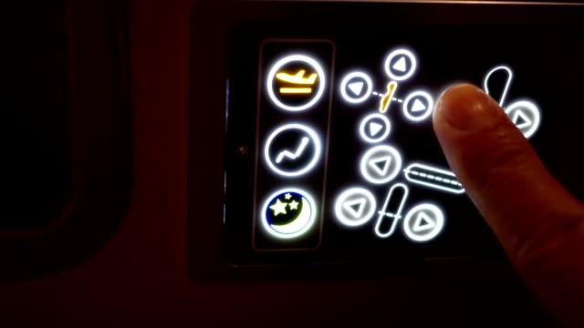 비즈니스 클래스 좌석과의 자 위치를 조정에서 승객의 관점 - airplane seat 스톡 비디오 및 b-롤 화면