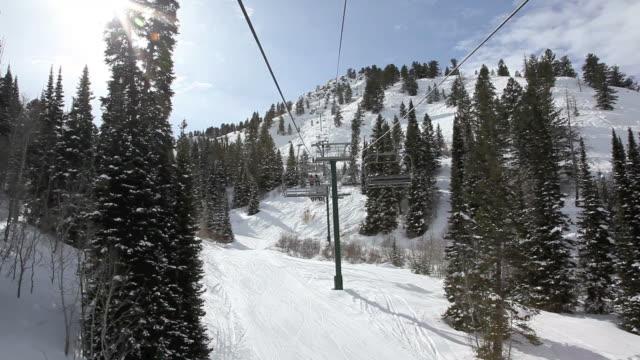 perspektive sessellift gehen sie im ski-station - utah stock-videos und b-roll-filmmaterial