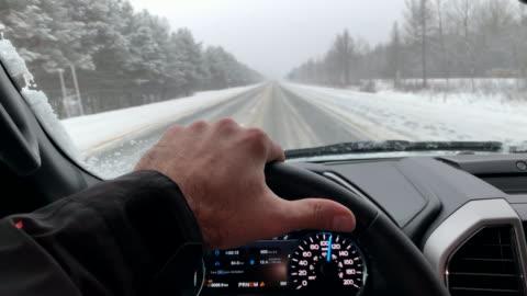 vídeos y material grabado en eventos de stock de punto de vista de conducción en carretera en invierno - conducir