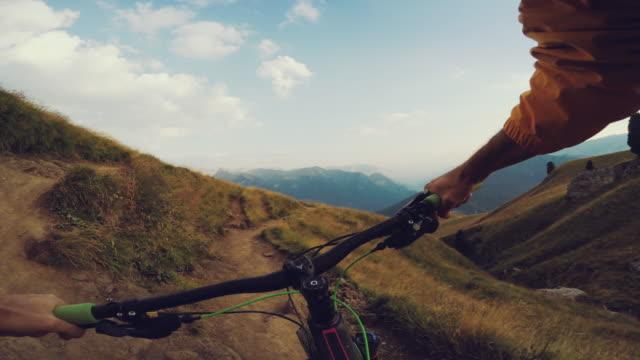 punto di vista pov mountainbike corsa veloce discesa - andare in mountain bike video stock e b–roll