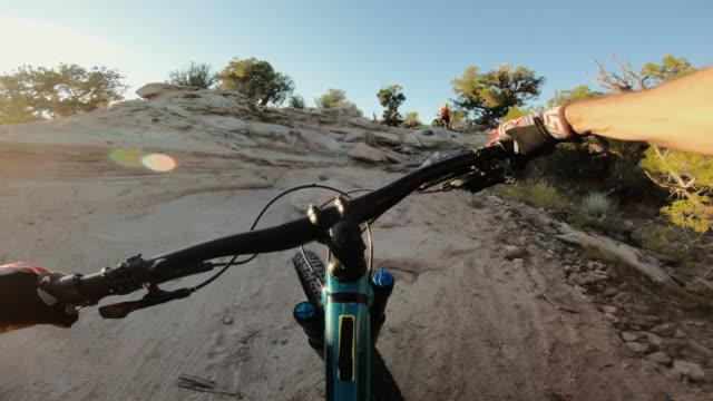 peka av beskådar pov mountainbike i moab: falla av i hård del - utah bildbanksvideor och videomaterial från bakom kulisserna