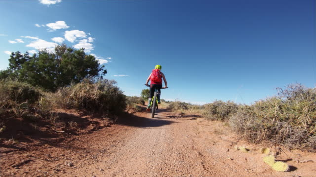 point of view pov mountainbike in moab, utah - utah video stock e b–roll