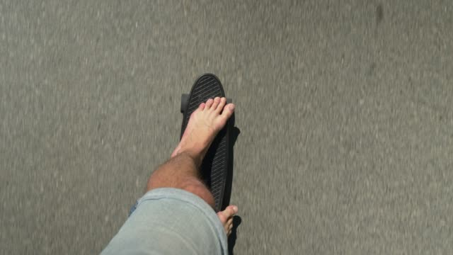 point of view of a man skateboarding - scalzo video stock e b–roll