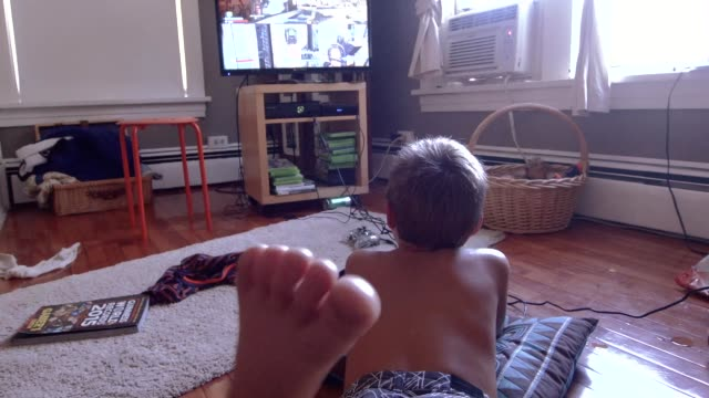 point of view of a young boy playing video games in his bedroom - настоящая жизнь стоковые видео и кадры b-roll
