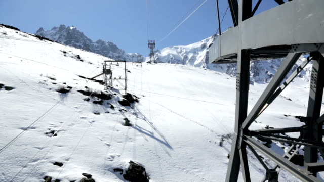 punto di vista dell'aiguille du midi tram salita - monte bianco video stock e b–roll