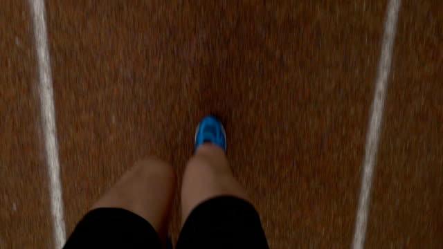vídeos y material grabado en eventos de stock de pov - punto de vista de pies de corredor en pista de curso en una competencia de maratón - meta
