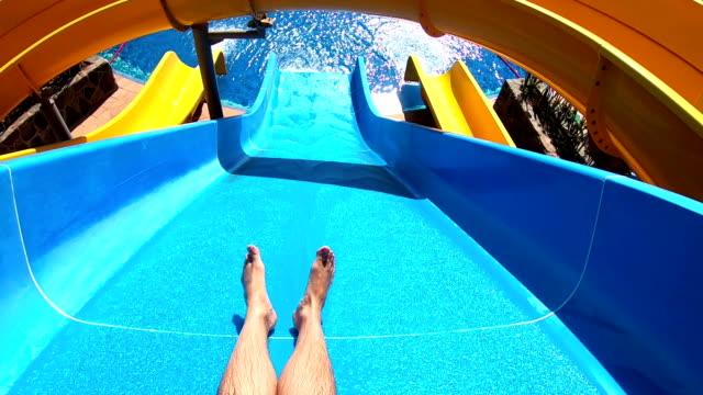 synpunkt på vattenrutschbanan i äventyrsbadet i slow motion - fritidsanläggning bildbanksvideor och videomaterial från bakom kulisserna