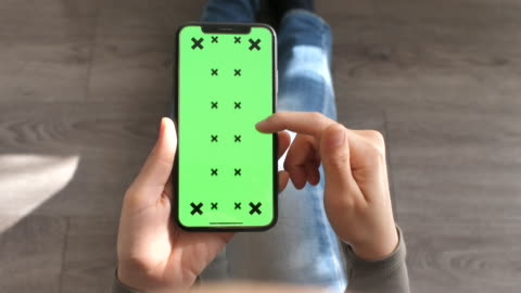 vídeos de stock, filmes e b-roll de usando o ponto de vista esperta do telefone com tela verde, close up - smartphone
