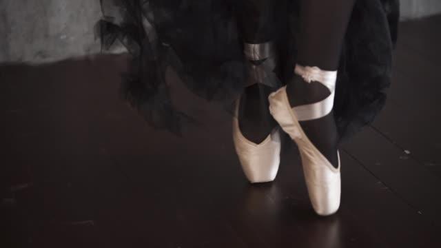 スタジオで踊っているバレリーナの足のトウシューズ - 女性選手点の映像素材/bロール
