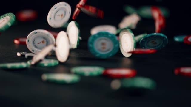 ポーカー用のチップはスローモーションで黒い背景に降る。超浅い被写し界深度。 - 経済破綻点の映像素材/bロール