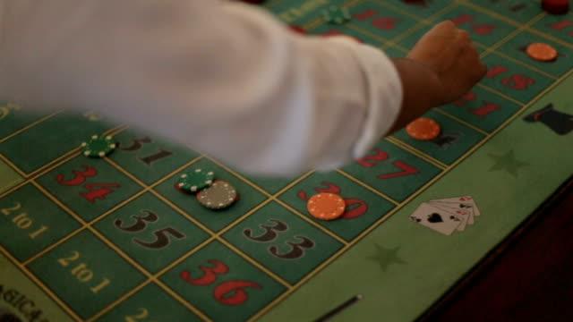 poker giocatori che scommesse primo piano. rischio di gioco - feltro video stock e b–roll
