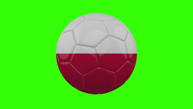 vídeos de stock, filmes e b-roll de bandeira da polônia na bola gira em fundo alfa verde transparente, loop - futebol internacional