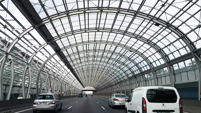 vídeos y material grabado en eventos de stock de polonia. varsovia. 06.07.2019 disparo a través del parabrisas de un coche que viaja a lo largo de la autopista en polonia bajo una estructura metálica insonorizada en forma de arco. - polonia