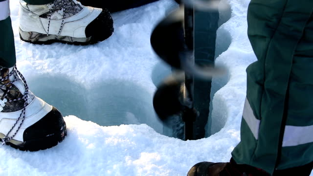 Polar scientists drilled a hole in the ice to take samples of sea water at the North Pole. video