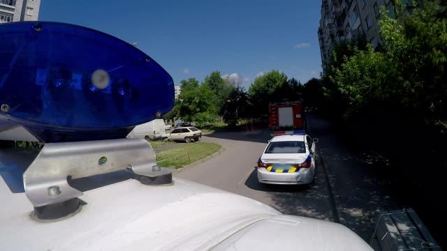 vídeos y material grabado en eventos de stock de policía, ambulancia, el coche y los bomberos camión alerta cerca de la ciudad edificio, lapso de tiempo - brigada